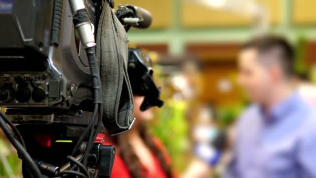 aufnahme live-interview in 4 k-slow-motion 60fps - editorial videos stock-videos und b-roll-filmmaterial