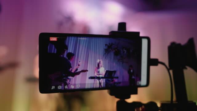 vídeos de stock, filmes e b-roll de gravando vídeos ao vivo no smart phone - live