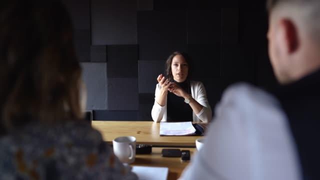 vídeos de stock, filmes e b-roll de recrutando novo candidato profissional em entrevista - questionário