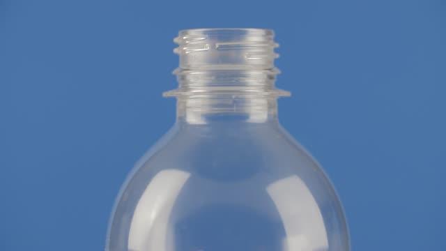 återvinningsbar plastflaska spinning - pet bottles bildbanksvideor och videomaterial från bakom kulisserna