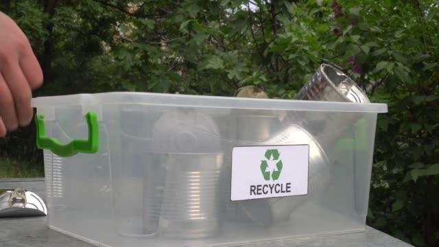 papierkorb für metalldosen (aluminium, zinn und stahl). sortierung und recycling von hausmüll - aluminium stock-videos und b-roll-filmmaterial