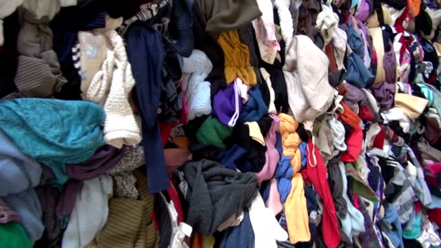 vídeos y material grabado en eventos de stock de reciclaje y clasificación de viejos guantes tejidos de almacén - textil