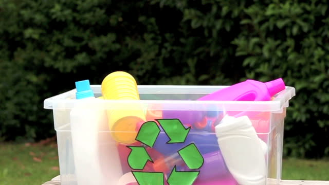 recycling bunten kunststoff-flaschen. - altglas stock-videos und b-roll-filmmaterial