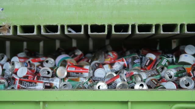 hd:  recyklingu śmieci - odzyskiwanie i przetwarzanie surowców wtórnych filmów i materiałów b-roll
