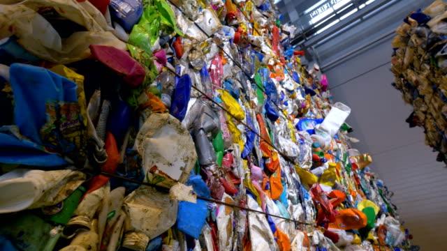 återvinning petflaskor samlas i stora stackar. sopor sortering center. dolly skott. - pet bottles bildbanksvideor och videomaterial från bakom kulisserna