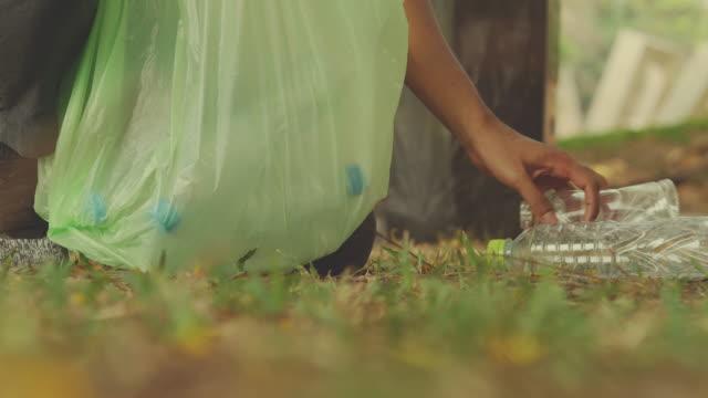 recycling , getrennter müll - altglas stock-videos und b-roll-filmmaterial