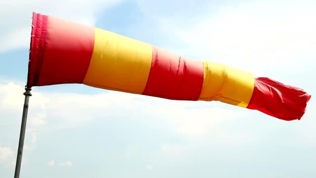 czerwone i żółte wiatr skarpetka zbliżenie cyrkla, dzień pochmurny pogoda - rękaw filmów i materiałów b-roll