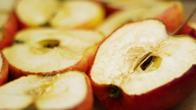 red apple trocknungsprozess. verfall zeitraffer schuss, obst schnell klein und faltig werden - verfault stock-videos und b-roll-filmmaterial