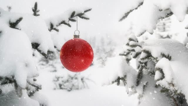 Rote Kugel an Weihnachtsbaum Zweig 4K - Endlos wiederholbar – Video