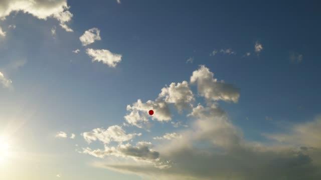vídeos de stock, filmes e b-roll de balão vermelho que flutua no céu - flutuando no ar