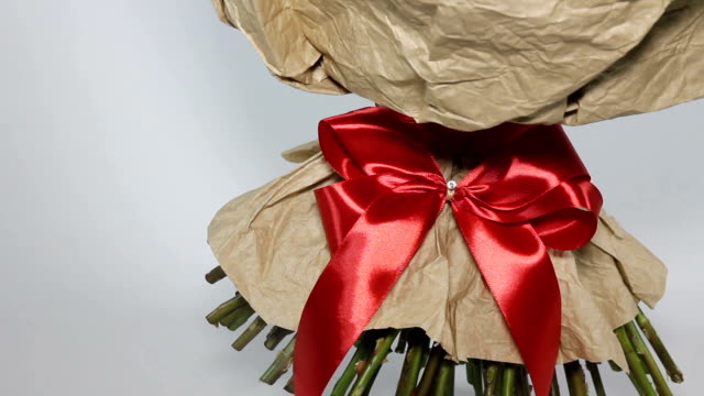 red bow on bouquet. left to right motion - триллиум стоковые видео и кадры b-roll