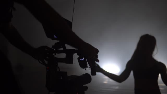 モダンダンスパフォーマンスのレコーディング中にフローライン付きジンバルの赤いカメラ - スタビライザー使用点の映像素材/bロール