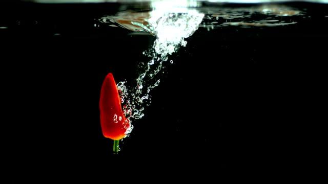 red chili ins wasser laden - chilli stock-videos und b-roll-filmmaterial