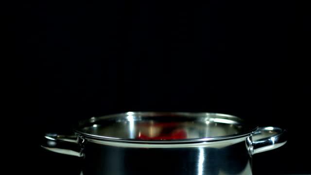 red chili fallen in topf - chilli stock-videos und b-roll-filmmaterial