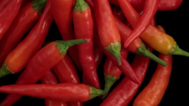 peperoncini rossi nell'aria - peperoncino video stock e b–roll