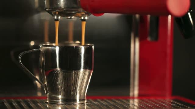 wylewanie czerwonego do kawy espresso - espresso filmów i materiałów b-roll