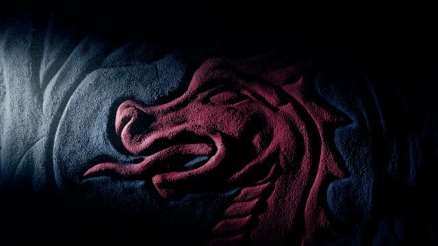 czerwony smok rzeźba oświetlony w zakurzonym grobowcu - smok postać fikcyjna filmów i materiałów b-roll