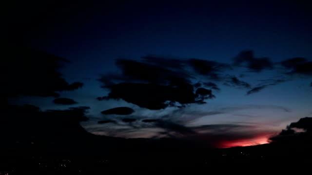 vídeos de stock e filmes b-roll de red dusk over the mountains with wide view of sky - linha do horizonte sobre terra