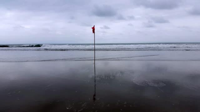 Bandera roja en el mar en la costa en Montañita Ecuador - vídeo
