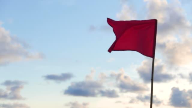 vídeos de stock, filmes e b-roll de bandeira vermelha - flag