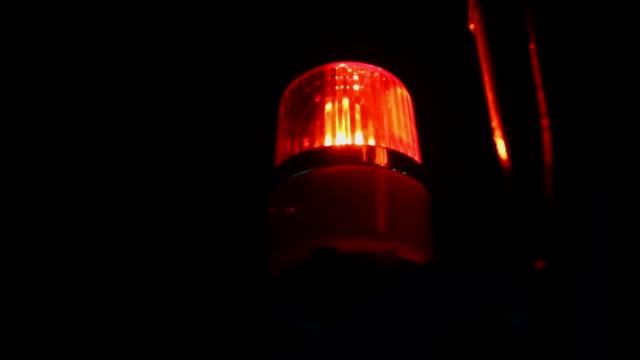 migające czerwone światło syreny ostrzegawczej - niebezpieczeństwo filmów i materiałów b-roll