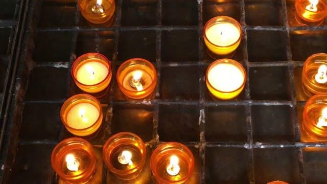 vídeos y material grabado en eventos de stock de velas de la iglesia roja flickering - misa
