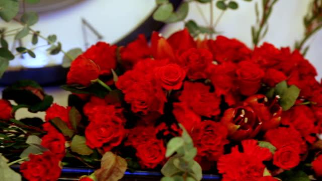 röda blommor på festliga bord - white roses bildbanksvideor och videomaterial från bakom kulisserna