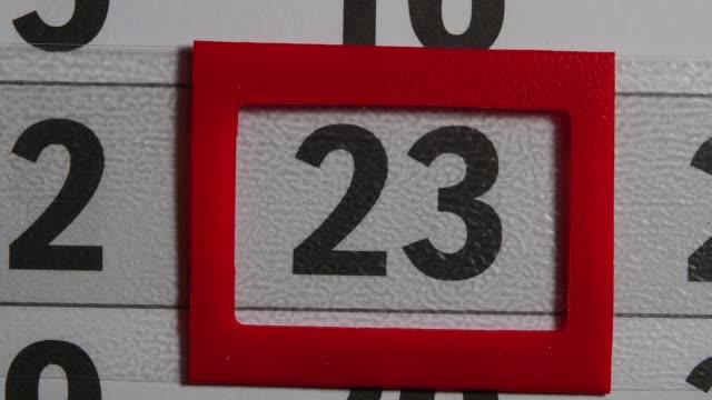 czerwona ramka porusza się w kalendarzu 23 black day - data filmów i materiałów b-roll
