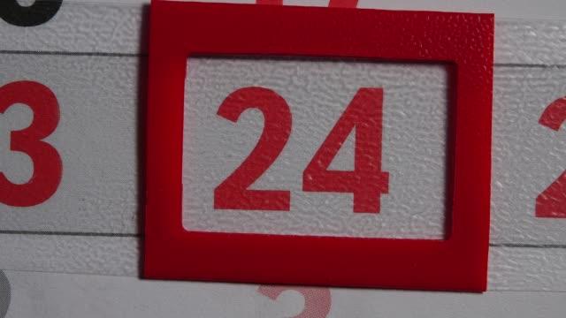 vídeos y material grabado en eventos de stock de marco rojo se mueve en el calendario de 24 días de rojo - memorial day