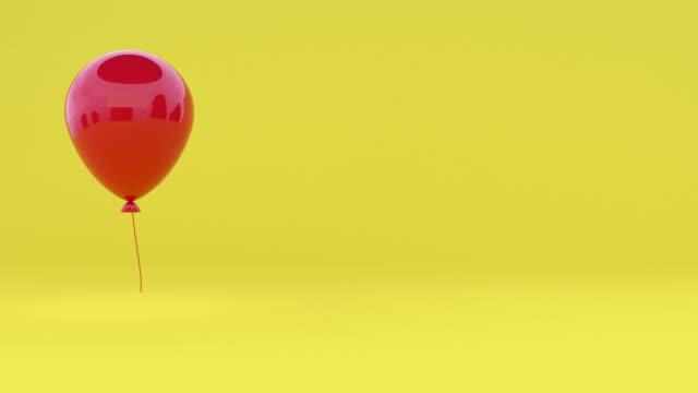 vídeos de stock, filmes e b-roll de vermelho brilhante reflexão 3d renderização balão levitação amarela mínima cena - flutuando no ar