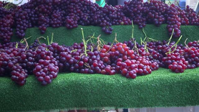 vídeos de stock, filmes e b-roll de venda de uva vermelha no mercado de alimentos de rua - vegetarian meal