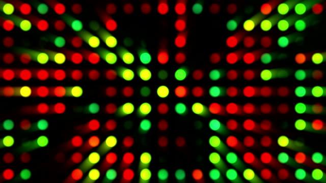 vídeos de stock, filmes e b-roll de vermelho, verde, amarela e vídeo/música de fundo brilhante multicoloridos grade de pontos com diversas generative efeito sobre fundo preto - dance music