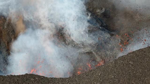 vidéos et rushes de rouge hot lave, de gaz, de vapeur et de cendres éruption du cratère du volcan actif - desastre natural