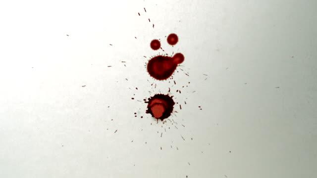 赤の背景に白インク滴紙、slow motion (スローモーション) - 習字点の映像素材/bロール