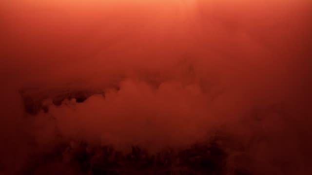 Kırmızı mürekkep siyah arka plan üzerine su püskürtme. video