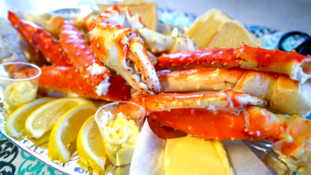 red king crab legs with fresh lemon slices - granchio video stock e b–roll