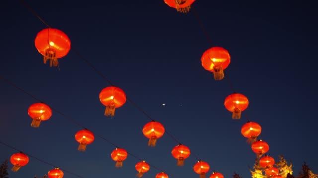 red lantern hang at temple - китайский фонарь стоковые видео и кадры b-roll