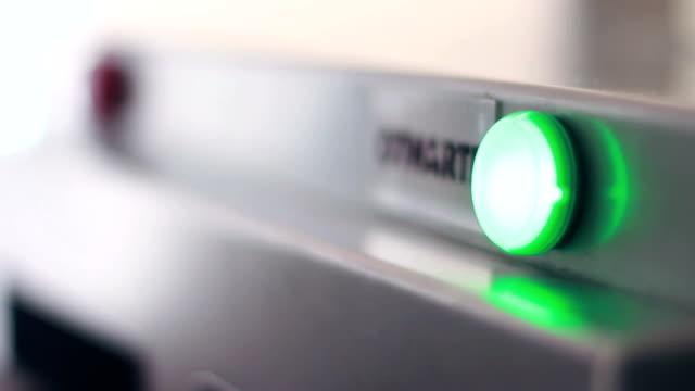 vídeos de stock e filmes b-roll de a luz vermelha alterações verde no fabrico de equipamento. equipamento industrial - prontidão