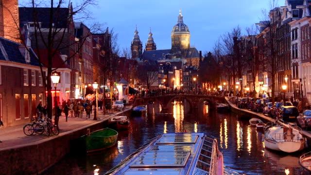 Rotlicht Bezirk Ansicht und Amsterdam Canal, Fahrräder und Radfahrer, Hausboote, Boote zu leben. (ED) – Video