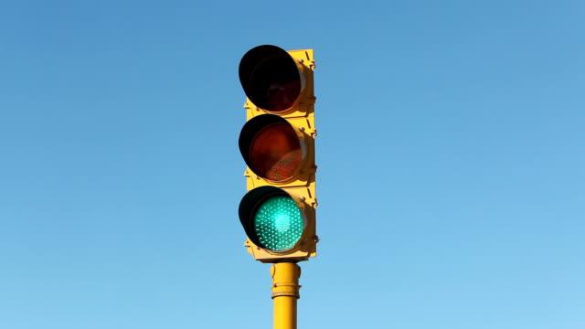 vídeos y material grabado en eventos de stock de hd: luz roja - semáforo