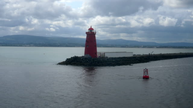 Bидео Red lighthouse at the shores of Ireland