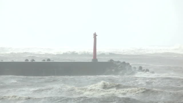 red lighthouse in a hurricane - dalgakıran stok videoları ve detay görüntü çekimi