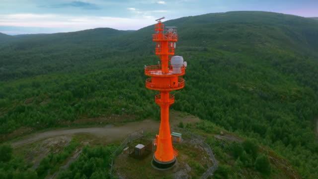 röd fyr med radar. kustnära övervakning radarantenn - vakta bildbanksvideor och videomaterial från bakom kulisserna