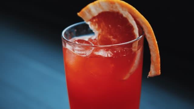 vídeos y material grabado en eventos de stock de cóctel de copas rojas en el bar - cóctel