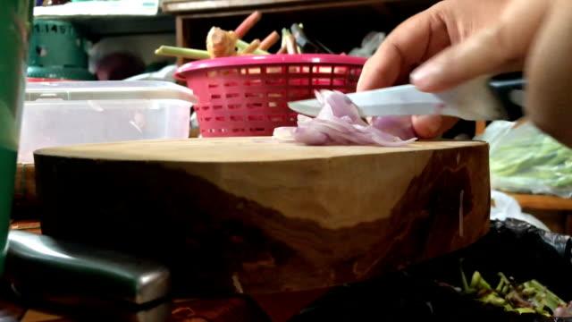 在木制切菜板上切碎的紅洋蔥 - future 個影片檔及 b 捲影像