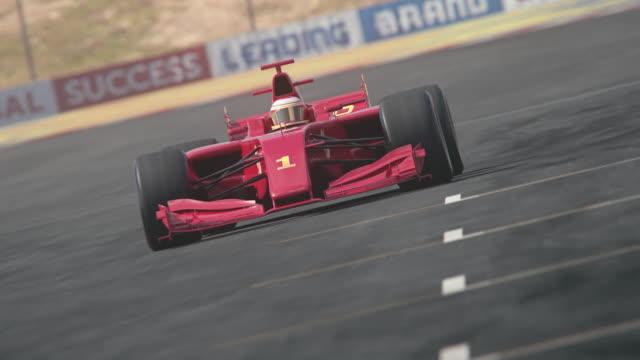 결승선을 가로 질러 운전 하는 레드 포뮬러 1 경주 용 자동차 - formula 1 스톡 비디오 및 b-롤 화면