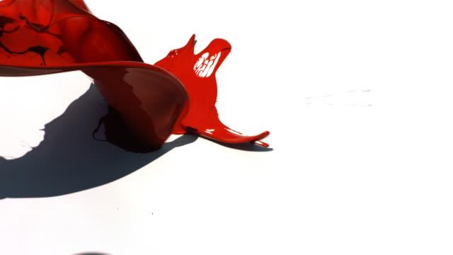 赤の背景に白のストラップウェッジ - 絵具点の映像素材/bロール