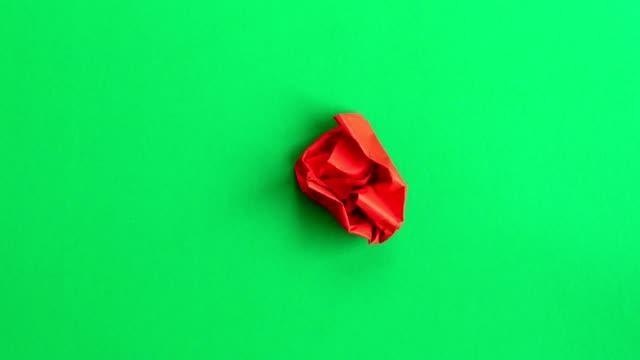 vídeos de stock, filmes e b-roll de red paper heart beat barbear transformação em fundo verde. animação de stop motion 4k. - clip art