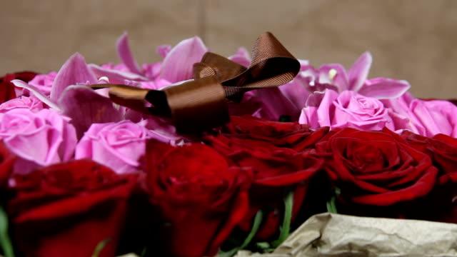 vídeos de stock, filmes e b-roll de vermelho, rosas e flores da orquídea buquê romântico romance amor perto acima - arméria