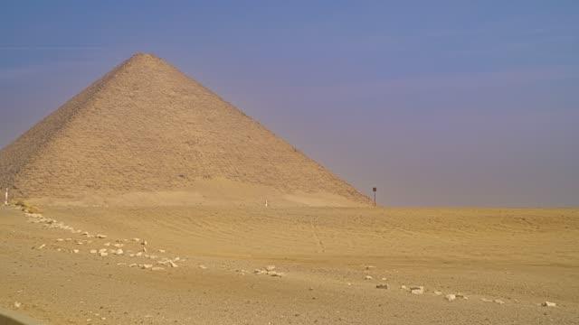 vídeos de stock, filmes e b-roll de pirâmide vermelha. a pirâmide vermelha, também chamada de pirâmide do norte, é a maior das três principais pirâmides localizadas na necrópole de dahshur no cairo, egito. - civilização milenar